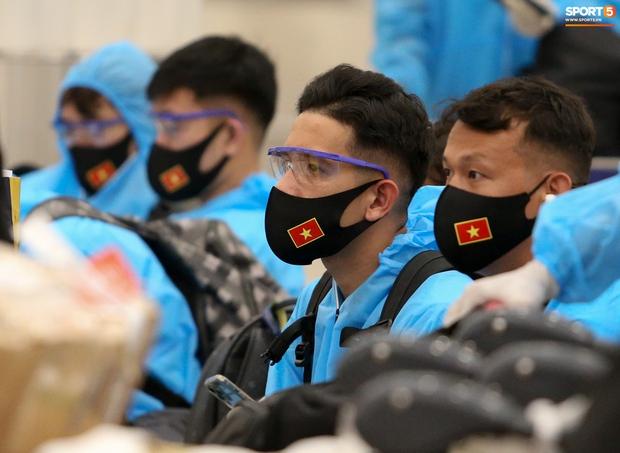 Trực tiếp từ UAE: Tuyển Việt Nam trở về nước, Bộ Y tế đồng ý đề xuất thời gian cách ly 7 ngày với các thành viên đội tuyển - Ảnh 3.