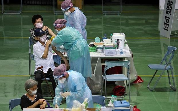 Đài Loan: Số ca nhiễm COVID-19 tăng 1000% trong 1 tháng, người dân tìm cơ hội ở Mỹ và TQ đại lục? - Ảnh 1.