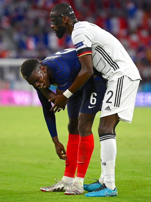 Hậu vệ tuyển Đức cắn lén tiền vệ tuyển Pháp - Ảnh 2.