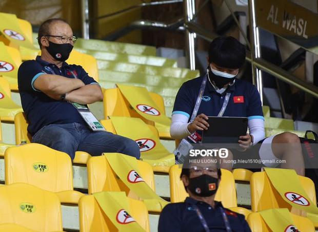 """Ảnh: Thầy Park bị ngồi """"cách ly"""" tận trên khán đài, chặn mọi cách giao tiếp với học trò - Ảnh 1."""
