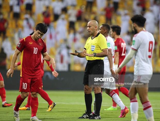 Trọng tài: Việt Nam xứng đáng được hưởng penalty vì cầu thủ UAE đã chặn ngã Công Phượng - Ảnh 1.