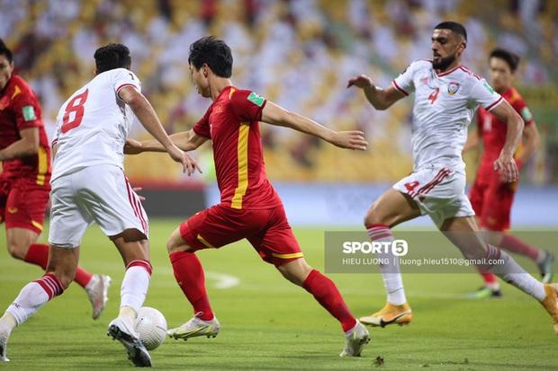Trọng tài: Việt Nam xứng đáng được hưởng penalty vì cầu thủ UAE đã chặn ngã Công Phượng - Ảnh 2.
