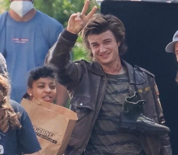 Stranger Things 4 lộ ảnh hậu trường, mỹ nam bao cát bị đánh bầm dập vẫn chiếm spotlight vì đẹp trai khó cưỡng! - Ảnh 4.