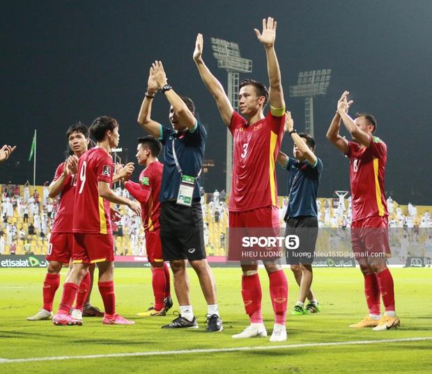 Clip xúc động: CĐV Việt Nam tại UAE hò reo theo nhạc mừng thành tích lịch sử của đội tuyển Quốc gia - Ảnh 4.