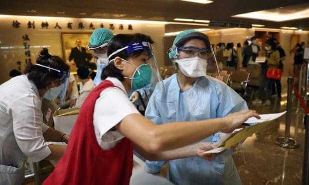 Đài Loan: Số ca nhiễm COVID-19 tăng 1000% trong 1 tháng, người dân tìm cơ hội ở Mỹ và TQ đại lục? - Ảnh 2.