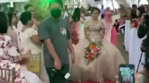 Đang đám cưới, một người đàn ông lồm cồm chui ra từ váy cô dâu khiến khách mời xanh mặt, nguyên nhân đằng sau dở khóc dở cười - Ảnh 3.