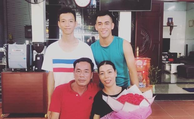 """Tiến Linh từng khóc 10 ngày liên tiếp vì nghiệp bóng đá, chỉ biết ngồi khán đài gọi: """"Mẹ ơi, sao cực khổ quá"""" - Ảnh 3."""