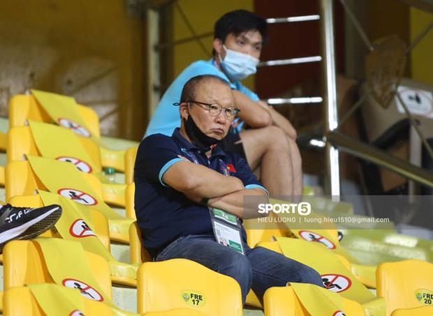"""Ảnh: Thầy Park bị ngồi """"cách ly"""" tận trên khán đài, chặn mọi cách giao tiếp với học trò - Ảnh 3."""