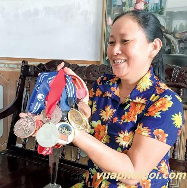 Người phụ nữ thầm lặng cùng tiền vệ Minh Vương vượt qua nỗi đau mất bố và giúp Việt Nam lội ngược dòng trước UAE là ai? - Ảnh 3.