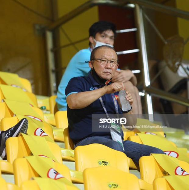 """Ảnh: Thầy Park bị ngồi """"cách ly"""" tận trên khán đài, chặn mọi cách giao tiếp với học trò - Ảnh 4."""