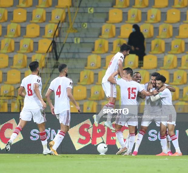 HLV Park Hang-seo và các học trò ăn mừng khi tuyển Việt Nam chính thức đi tiếp vào vòng loại 3 World Cup 2022 - Ảnh 5.