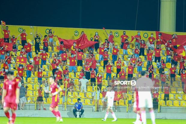 Ấm lòng hình ảnh tuyển Việt Nam chia tay người hâm mộ ở UAE, khép lại hành trình lịch sử - Ảnh 4.