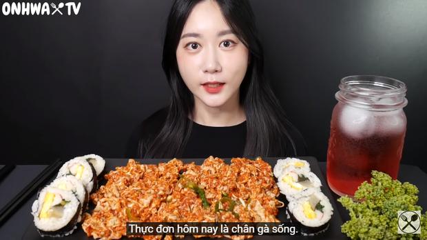 Nữ YouTuber mukbang chân gà sống khiến người xem khiếp đảm: Đến cả món này cũng ăn sống ư? - Ảnh 1.