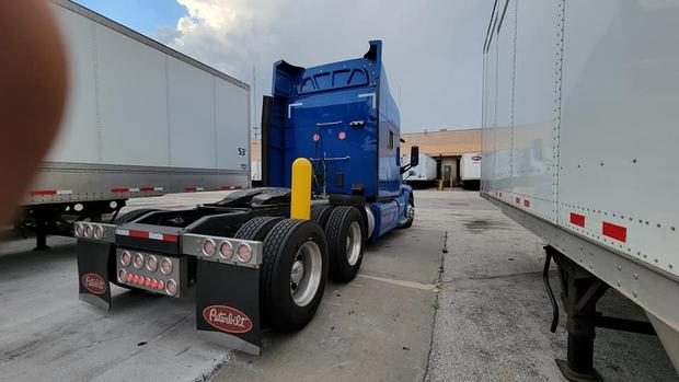 Xe container mắc kẹt theo cách không thể kỳ lạ hơn, tài xế lên MXH cầu cứu nhận ngay 27 nghìn lượt share vì quá khó - Ảnh 3.