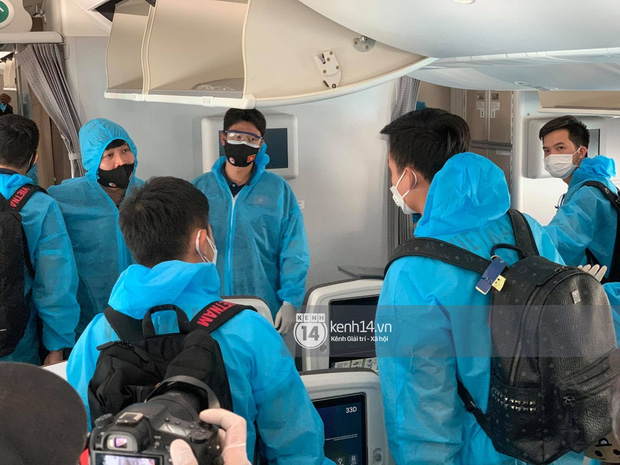 Bắt gặp khoảnh khắc cưng muốn xỉu trên chiếc chuyên cơ chở đội tuyển Việt Nam về Sài Gòn - Ảnh 6.