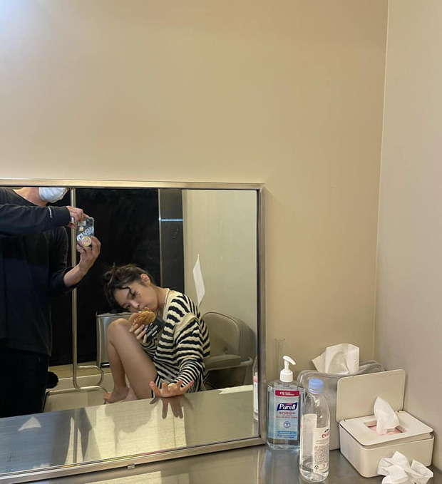 Jennie cũng dùng loại gel rửa tay cực kỳ thông dụng tại Việt Nam, muốn có cheap moment với nàng thật dễ - Ảnh 2.