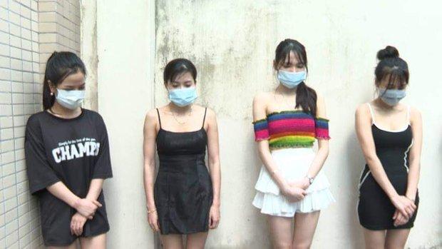 Hà Nội: Bất chấp lệnh cấm, quán karaoke vẫn điều 20 nữ nhân viên phục vụ hàng chục khách - Ảnh 1.