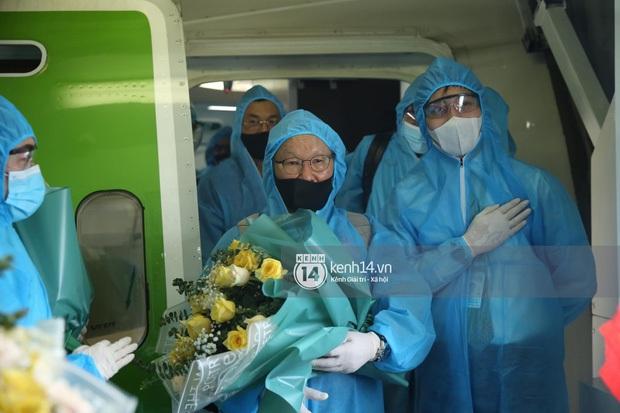 Bắt gặp khoảnh khắc cưng muốn xỉu trên chiếc chuyên cơ chở đội tuyển Việt Nam về Sài Gòn - Ảnh 3.