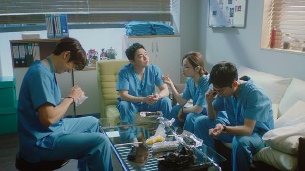 5 chi tiết siêu lố của Hospital Playlist 2 tập 1: Jun Wan bị ăn... giấy vệ sinh còn chưa hề bằng màn trừ tà với nước lọc! - Ảnh 1.