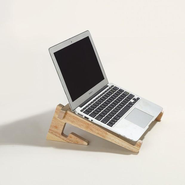 Chị em nào đang mỏi mắt gù lưng vì chạy deadline thì sắm ngay giá đỡ laptop này là chuẩn - Ảnh 1.