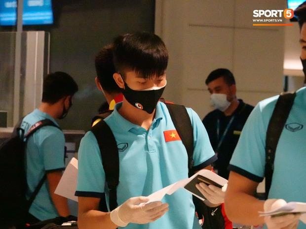 Tuyển Việt Nam lên chuyến bay lúc nửa đêm để về nước sau khi giành được chiến tích lịch sử tại vòng loại World Cup - Ảnh 4.