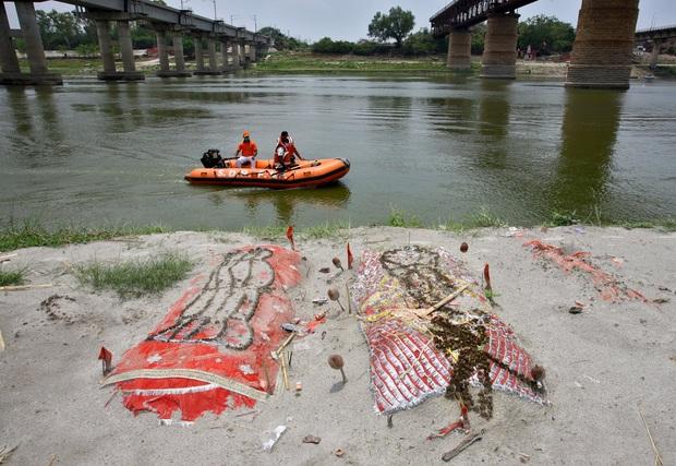 Con sông đưa người chết trở về: Bờ sông Hằng lổn nhổn xác người, tất cả đều là nạn nhân của một địa ngục đã qua - Ảnh 1.