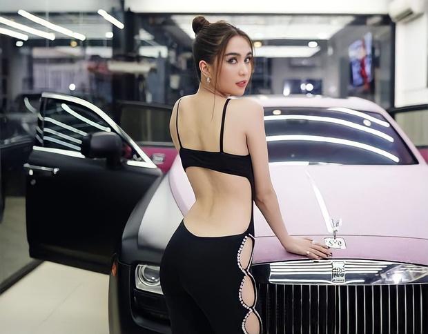 Nửa đêm mà Ngọc Trinh hư hỏng quá: Diện nội y khoe vòng 1 ngồn ngộn, tạo dáng 7749 dáng uốn éo sexy trên siêu xe! - Ảnh 5.