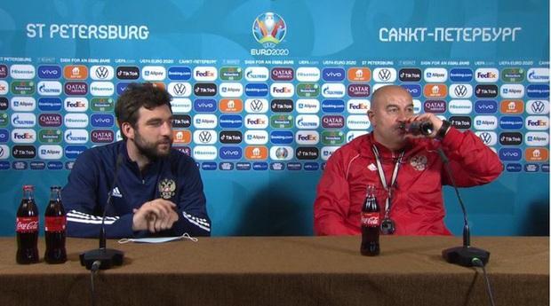 Chỉ bằng một hành động đơn giản, HLV tuyển Nga chặt đẹp màn tẩy chay nước ngọt của Ronaldo - Ảnh 1.