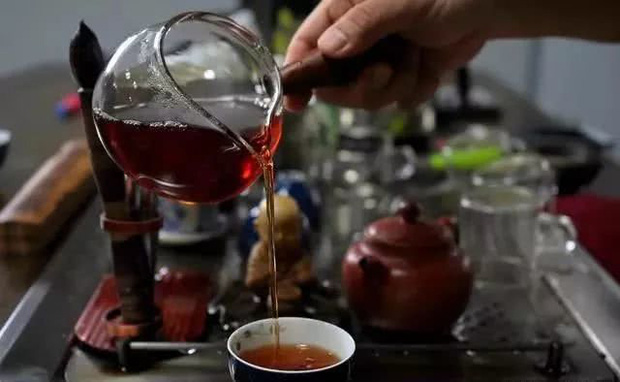 Người Nhật sống lâu nhờ uống trà nhưng có 3 thói quen uống trà không những không có lợi cho sức khỏe mà còn hại thận, nên tránh xa - Ảnh 1.