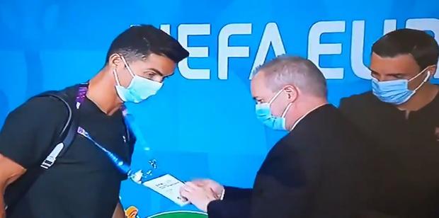 Nhân viên bảo vệ làm điều không ngờ khi thấy Ronaldo đi qua, thế mới biết ban tổ chức Euro làm việc có trách nhiệm đến thế nào - Ảnh 2.
