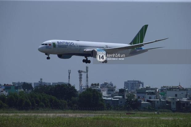 Không khí nóng bỏng tay tại sân bay Tân Sơn Nhất - nơi dàn cầu thủ nam thần vừa đổ bộ - Ảnh 1.
