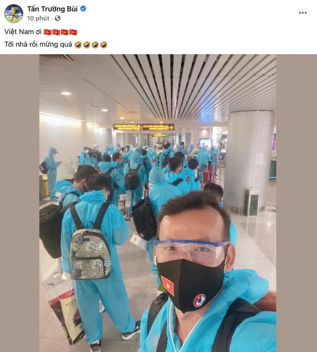 Phóng viên thường trực của đội tuyển VN: Tấn Trường tác nghiệp mọi nơi, check-in báo tin fan nhanh như chớp! - Ảnh 2.
