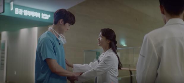 Hospital Playlist 2 tập 1 ngọt sâu răng, nhưng lời hồi âm của Song Hwa cho màn tỏ tình của Ik Jun lại đau xé lòng - Ảnh 9.