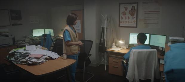 Hospital Playlist 2 tập 1 ngọt sâu răng, nhưng lời hồi âm của Song Hwa cho màn tỏ tình của Ik Jun lại đau xé lòng - Ảnh 14.
