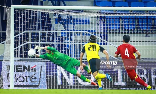 Phản ứng của 2 thủ môn nổi tiếng khi Việt Nam đá vòng loại: Văn Lâm đi comment khắp nơi, Bùi Tiến Dũng im hơi lặn mất tăm - Ảnh 2.