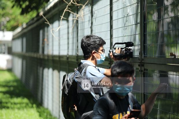Không khí nóng bỏng tay tại sân bay Tân Sơn Nhất - nơi dàn cầu thủ nam thần vừa đổ bộ - Ảnh 4.
