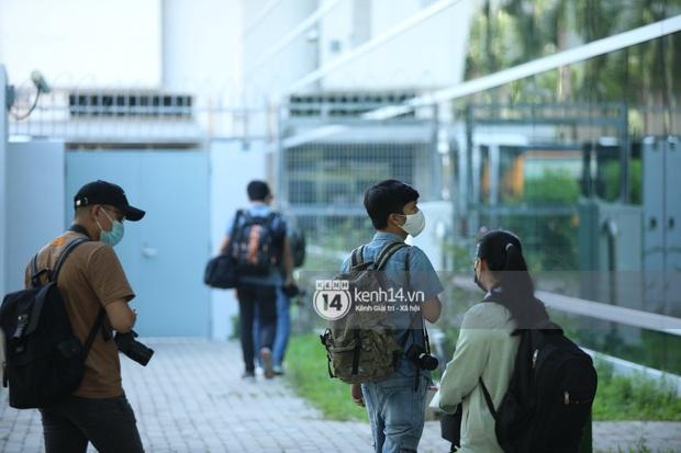Không khí nóng bỏng tay tại sân bay Tân Sơn Nhất - nơi dàn cầu thủ nam thần vừa đổ bộ - Ảnh 5.