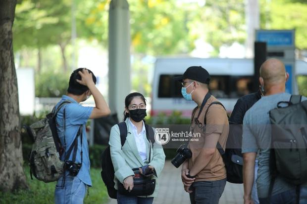 Không khí nóng bỏng tay tại sân bay Tân Sơn Nhất - nơi dàn cầu thủ nam thần vừa đổ bộ - Ảnh 7.