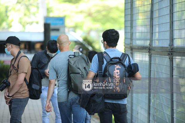 Không khí nóng bỏng tay tại sân bay Tân Sơn Nhất - nơi dàn cầu thủ nam thần vừa đổ bộ - Ảnh 8.