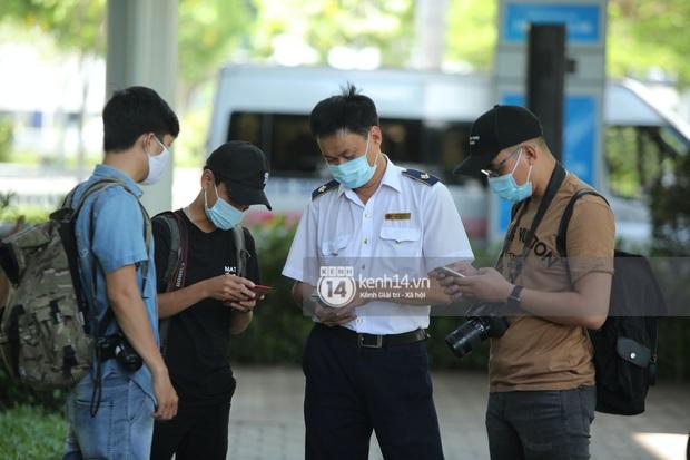 Không khí nóng bỏng tay tại sân bay Tân Sơn Nhất - nơi dàn cầu thủ nam thần vừa đổ bộ - Ảnh 10.