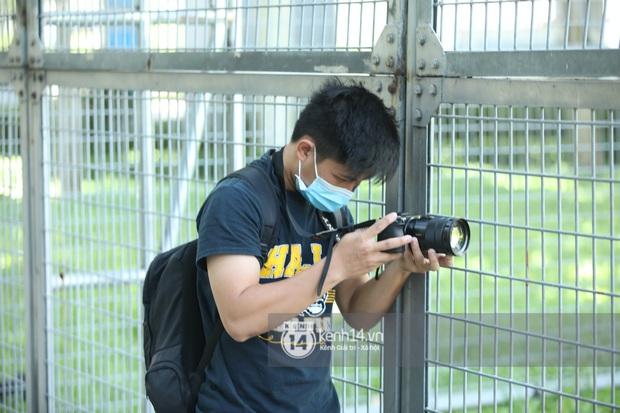 Không khí nóng bỏng tay tại sân bay Tân Sơn Nhất - nơi dàn cầu thủ nam thần vừa đổ bộ - Ảnh 11.