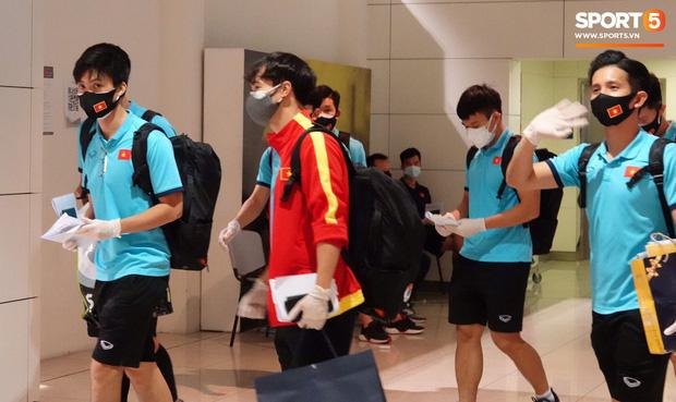 Tuyển Việt Nam lên chuyến bay lúc nửa đêm để về nước sau khi giành được chiến tích lịch sử tại vòng loại World Cup - Ảnh 2.
