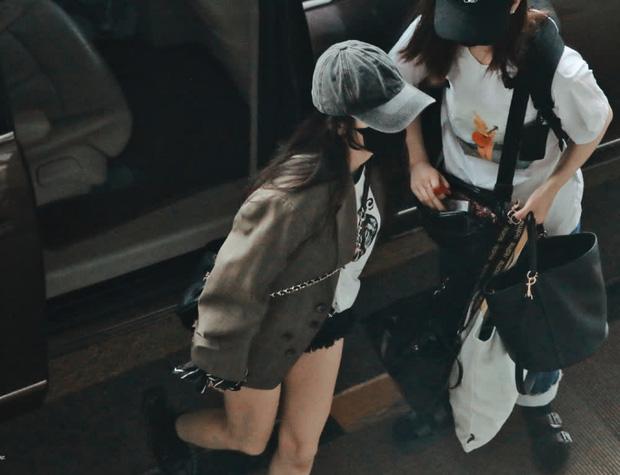 Nữ hoàng sân bay Dương Mịch xuất hiện chớp nhoáng với body đẳng cấp, đôi chân dài bị lu mờ vì 1 món nhỏ mà đắt đỏ trên tay - Ảnh 3.