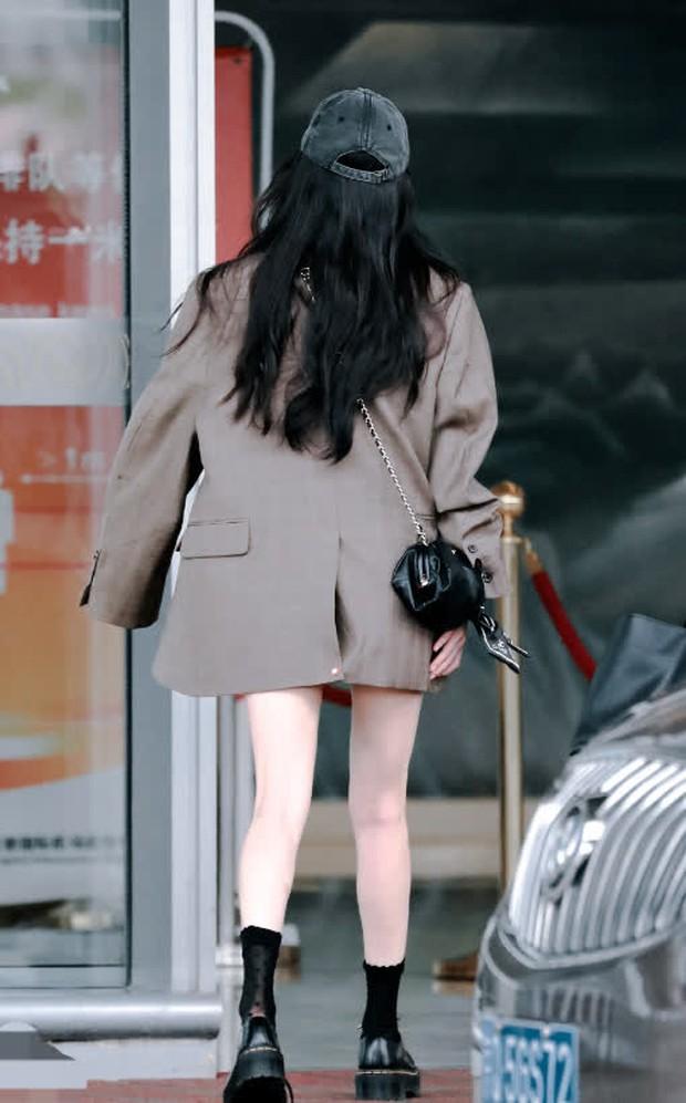 Nữ hoàng sân bay Dương Mịch xuất hiện chớp nhoáng với body đẳng cấp, đôi chân dài bị lu mờ vì 1 món nhỏ mà đắt đỏ trên tay - Ảnh 4.