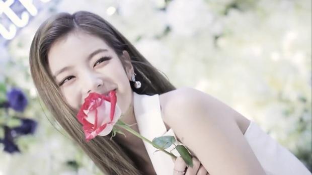 Góc ngược đời: Rõ ràng là khen visual gà cưng ITZY nhưng nhân viên JYP lại bị chỉ trích lươn lẹo? - Ảnh 9.