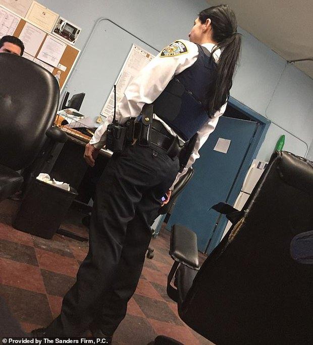 Nữ cảnh sát vạch trần tội ác rúng động ngành tư pháp Mỹ: Bị đồng nghiệp cưỡng hiếp nhiều không đếm xuể, di chứng in hằn mãi không phai - Ảnh 1.