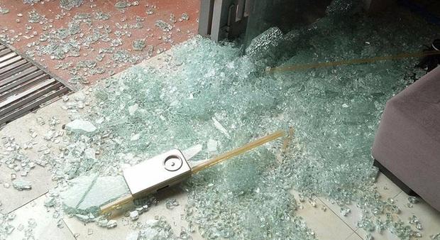 Kinh hoàng tai nạn vỡ kính cường lực nhà tắm: 90% gia chủ vội tháo bỏ mà không biết có giải pháp này - Ảnh 4.