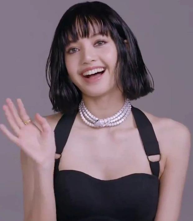MXH náo loạn vì clip 37 giây của Lisa (BLACKPINK): Xinh như búp bê sống, nhìn vòng 1 và bờ vai móc áo mà chị em nào cũng mơ ước - Ảnh 6.