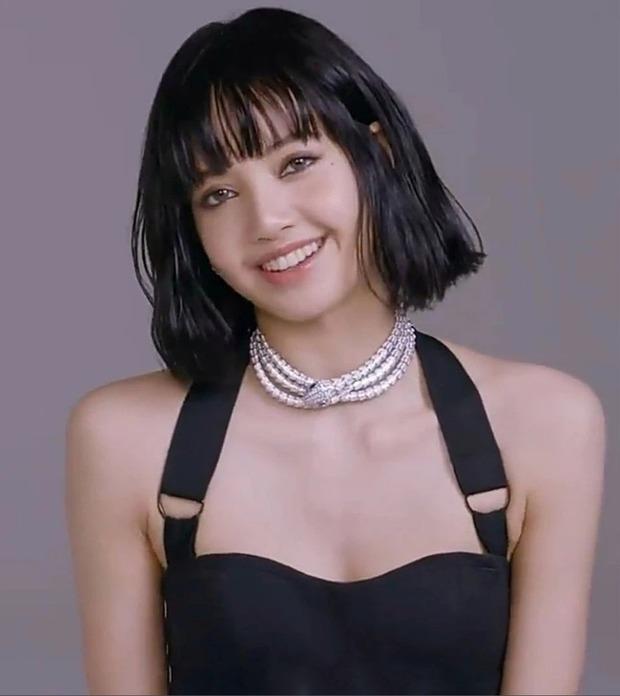 MXH náo loạn vì clip 37 giây của Lisa (BLACKPINK): Xinh như búp bê sống, nhìn vòng 1 và bờ vai móc áo mà chị em nào cũng mơ ước - Ảnh 7.