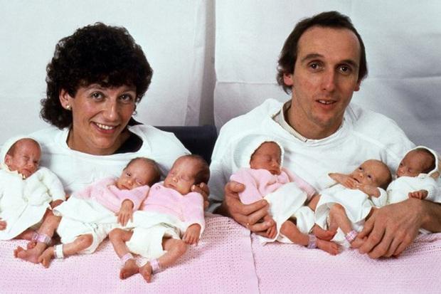 Sinh 6 cùng lúc và chỉ toàn con gái, bà mẹ cùng những đứa trẻ trong ca sinh khiến thế giới ngỡ ngàng 37 năm trước giờ ra sao? - Ảnh 1.